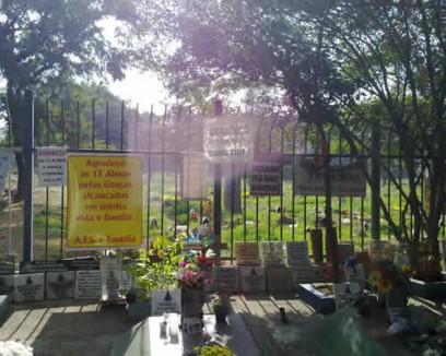 Cemitério Vila Alpina Placas de agradecimento às 13 almas